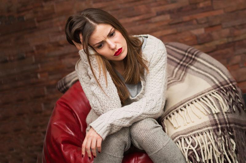Девушка-грустит-из-за-долгов